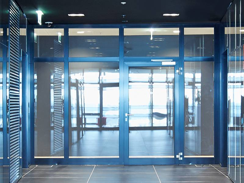 Цветные алюминиевые двери