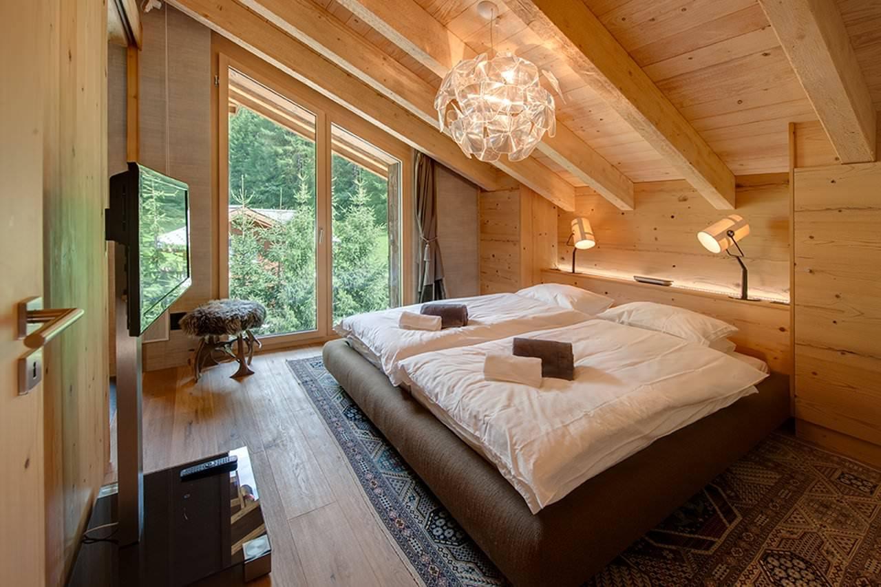 Деревянные окна в спальне