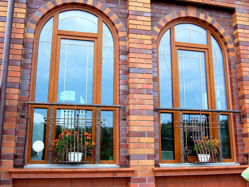 Арочное пластиковое окно Veka Alphaline с ламинацией и декоративной раскладкой